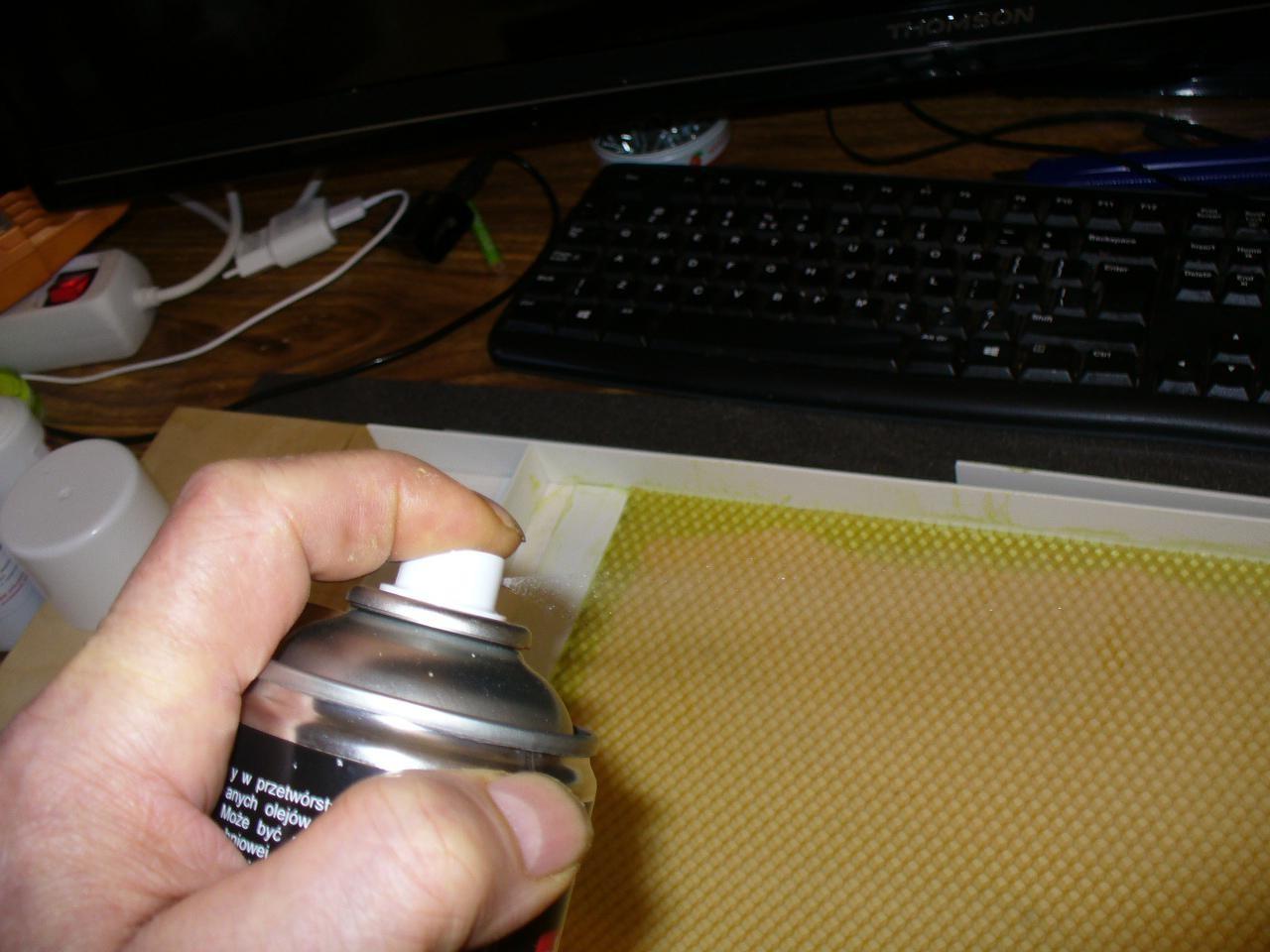 nakładanie wazeliny technicznej na formę z węzą